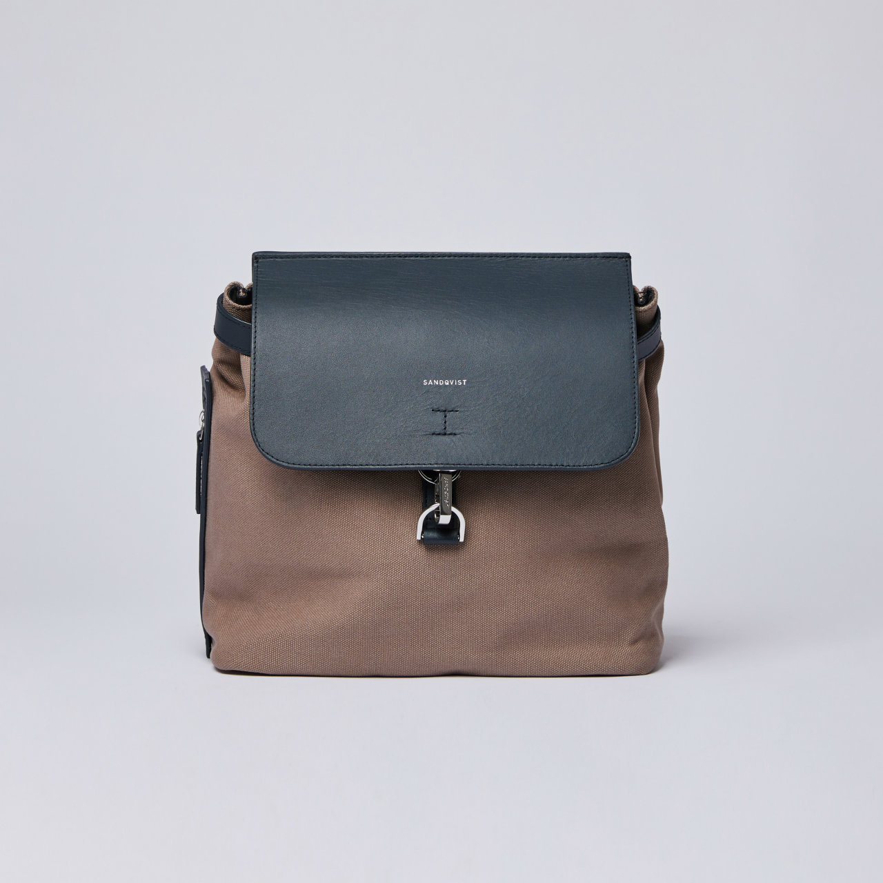 サムネイル:SANDQVIST VILDA W/ DOG HOOK アースブラウン(Earth Brown with Navy Leather)